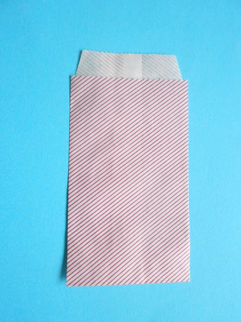 Papieren geschenkzakje<br />Wit met rood streepje<br />100x60mm+13mm flap